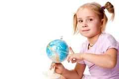 Menina bonita que joga com um globo imagem de stock royalty free