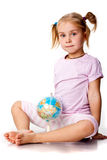 Menina bonita que joga com um globo fotos de stock