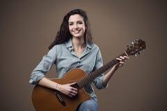 Menina bonita que joga a guitarra Imagem de Stock Royalty Free