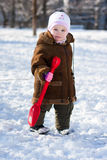 Menina bonita que joga no inverno Fotos de Stock