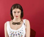 Menina bonita que joga o jogo de vídeo 3D Fotos de Stock Royalty Free