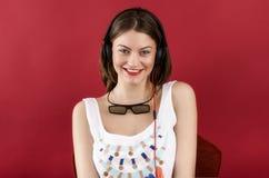 Menina bonita que joga o jogo de vídeo 3D Imagens de Stock Royalty Free