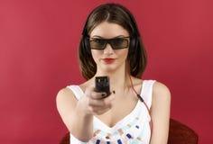 Menina bonita que joga o jogo de vídeo 3D Foto de Stock Royalty Free
