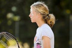 Menina bonita que joga o tênis Imagens de Stock