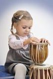 Menina bonita que joga os cilindros do africano Fotos de Stock