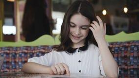Menina bonita que lê o menu e que faz uma ordem 4K filme