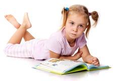 Menina bonita que lê um livro Foto de Stock Royalty Free