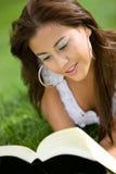 Menina bonita que lê um livro Fotografia de Stock