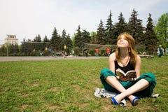 Menina bonita que lê um livro Fotografia de Stock Royalty Free