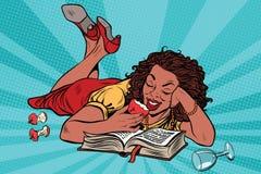 Menina bonita que lê um livro, nivelando em casa Imagem de Stock Royalty Free