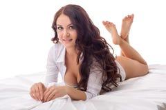 Menina bonita que levanta ao encontrar-se em seu abdômen Fotos de Stock Royalty Free
