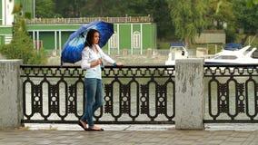 Menina bonita que levanta com guarda-chuva. video estoque