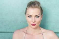 Menina bonita que levanta com olhar e composição do verão imagem de stock royalty free