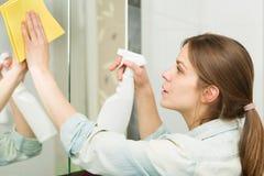 Menina bonita que limpa sua casa Imagens de Stock