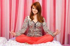 Menina bonita que meditating foto de stock