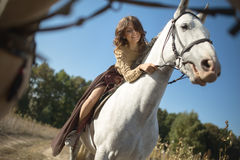 Menina bonita que monta um cavalo Fotografia de Stock