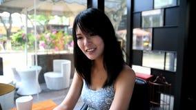 Menina bonita que mostra o sorriso encantador filme