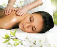 Menina bonita que obtém uma massagem. fotos de stock royalty free