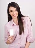 Menina bonita que oferece lhe um cartão da visita. fotografia de stock royalty free
