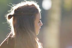 Menina bonita que olha ao lado Iluminação do contorno imagens de stock