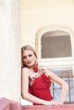 Menina bonita que olha do balcão Fotografia de Stock