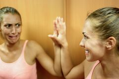 Menina bonita que olha em um espelho misterioso imagens de stock royalty free