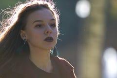 Menina bonita que olha inspiredly em linha reta Iluminação do contorno fotos de stock