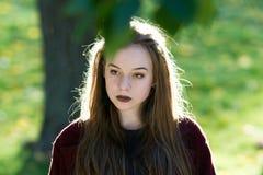 Menina bonita que olha inspiredly em linha reta Iluminação natural do contorno imagens de stock royalty free