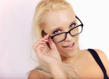 Menina bonita que olha muito esperta em seu Eyewear fotos de stock