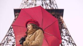 Menina bonita que olha para a frente a seu noivo, dia chuvoso, data em Paris filme