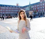 A menina bonita que olha um mapa no sentimento de Madrid do prefeito da plaza perdeu e que procura sentidos fotos de stock royalty free
