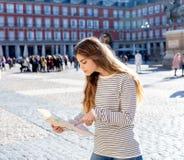 A menina bonita que olha um mapa no sentimento de Madrid do prefeito da plaza perdeu e que procura sentidos imagens de stock royalty free