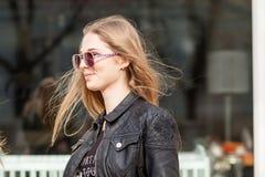 Menina bonita que pendura para fora na cidade foto de stock royalty free
