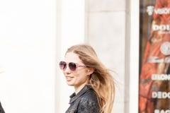 Menina bonita que pendura para fora na cidade imagens de stock royalty free