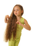 Menina bonita que penteia seu cabelo Fotos de Stock Royalty Free