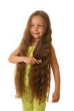 Menina bonita que penteia seu cabelo Fotos de Stock