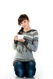 Menina bonita que prende um copo do chá Fotografia de Stock Royalty Free