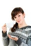 Menina bonita que prende um copo do chá Fotos de Stock Royalty Free