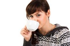 Menina bonita que prende um copo do chá foto de stock