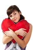 Menina bonita que prende um coração vermelho fotos de stock royalty free