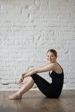 Menina bonita que relaxa após o exercício Imagens de Stock