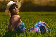 Menina bonita que relaxa em um prado Fotos de Stock