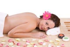 Menina bonita que relaxa na tabela da massagem Fotografia de Stock Royalty Free