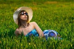 Menina bonita que relaxa no campo Fotografia de Stock