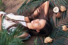Menina bonita que relaxa nos trópicos Imagem de Stock Royalty Free