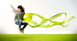 Menina bonita que salta com o vestido líquido abstrato verde Fotos de Stock