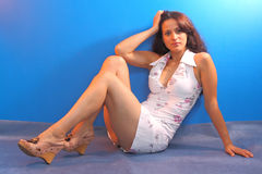 Menina bonita que senta-se no assoalho Fotos de Stock