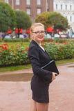 Menina bonita que sorri com portátil Imagens de Stock Royalty Free