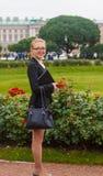Menina bonita que sorri com portátil Fotografia de Stock Royalty Free