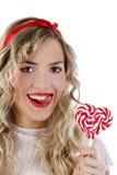 Menina bonita que sorri com uns doces Foto de Stock Royalty Free